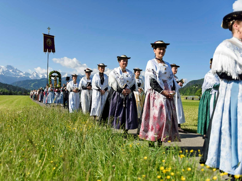 Fronleichnam tradition Trachten Frauen Prozession