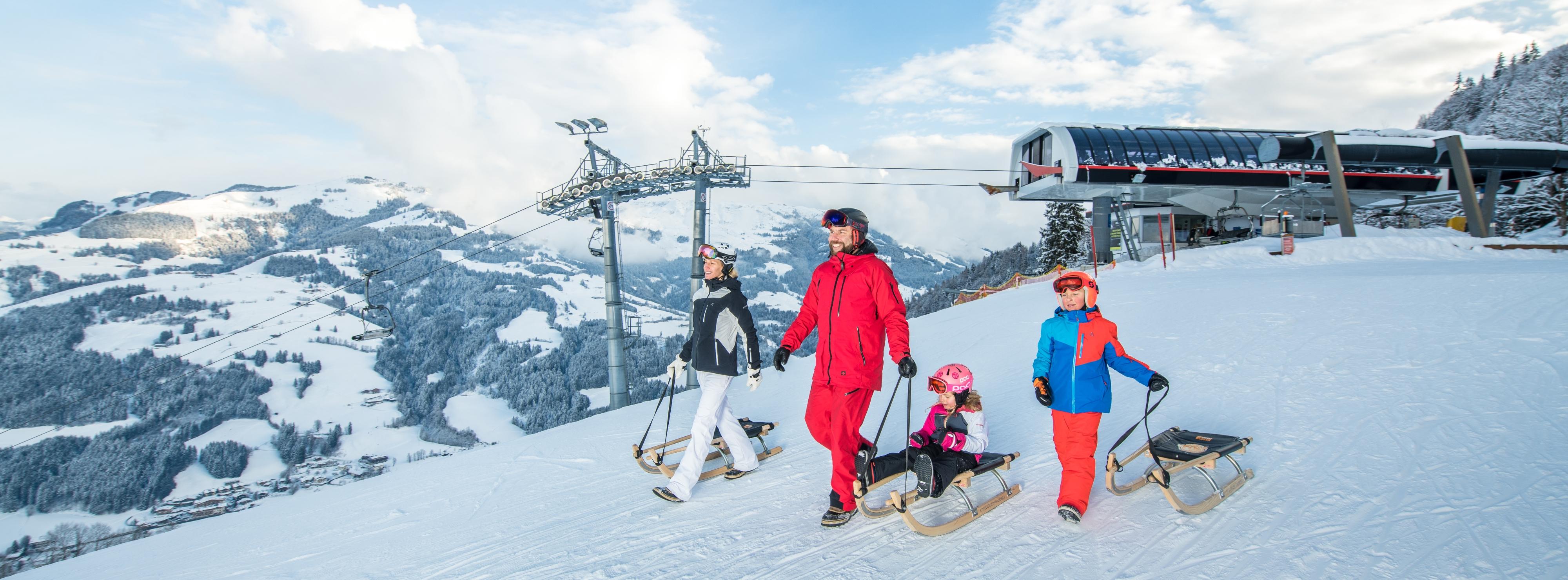 Panorama Aufnahme Familie Wintersport Skilift Rodeln Schlitten