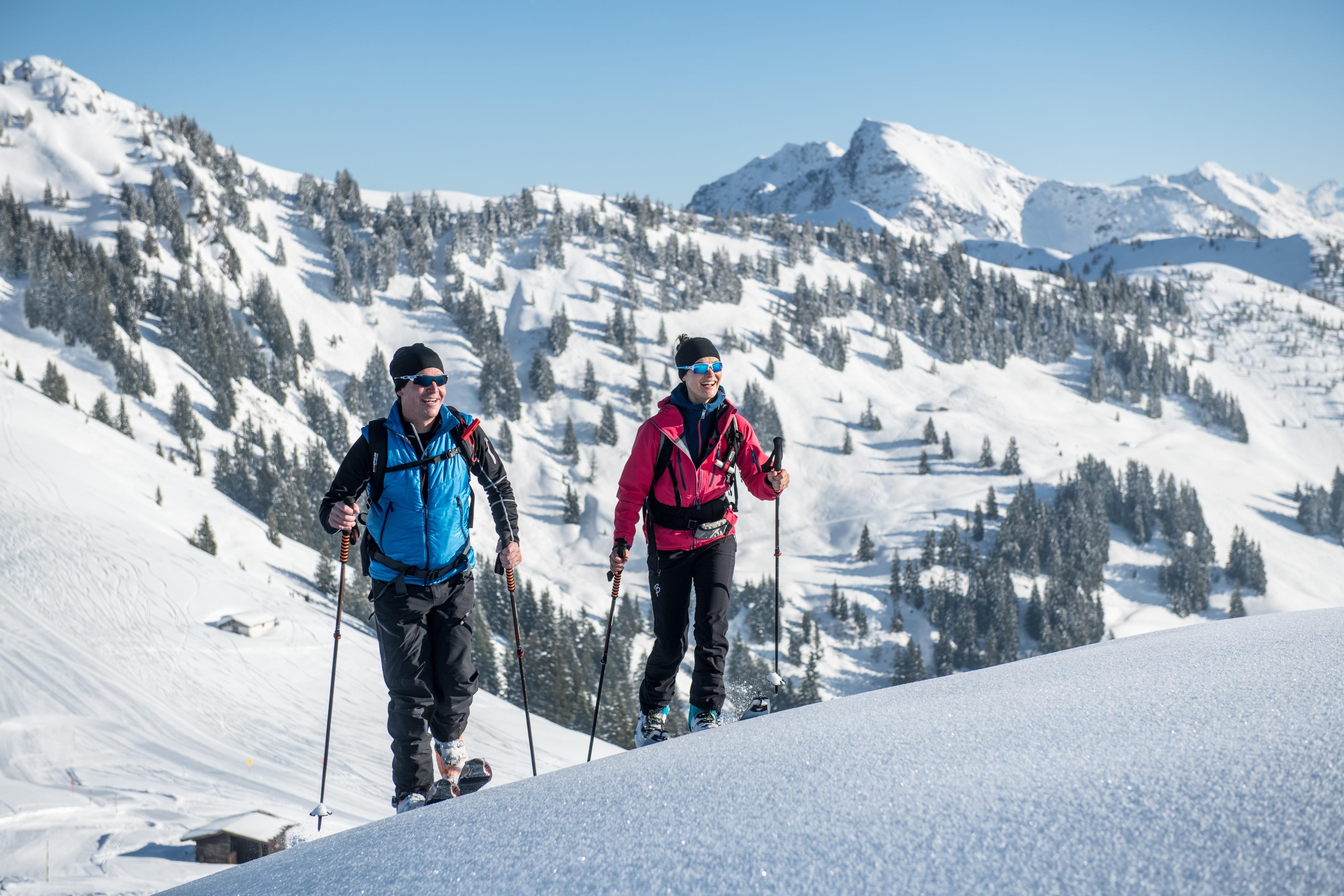 Wintersport Langlaufen Paar Schnee Spaß Aktiv