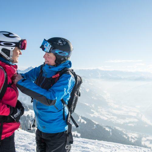 Paar Wintersport Unternehmung zusammen mit Partner Kitzbühel