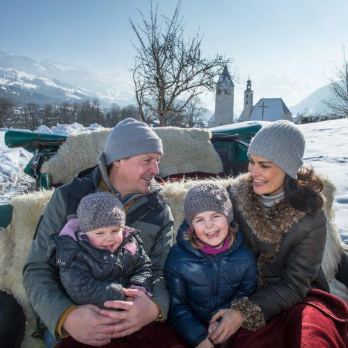 Familie Kutschfahrt in der Nähe von Kitzbühel Ausflug Pferde Winter mit Kindern