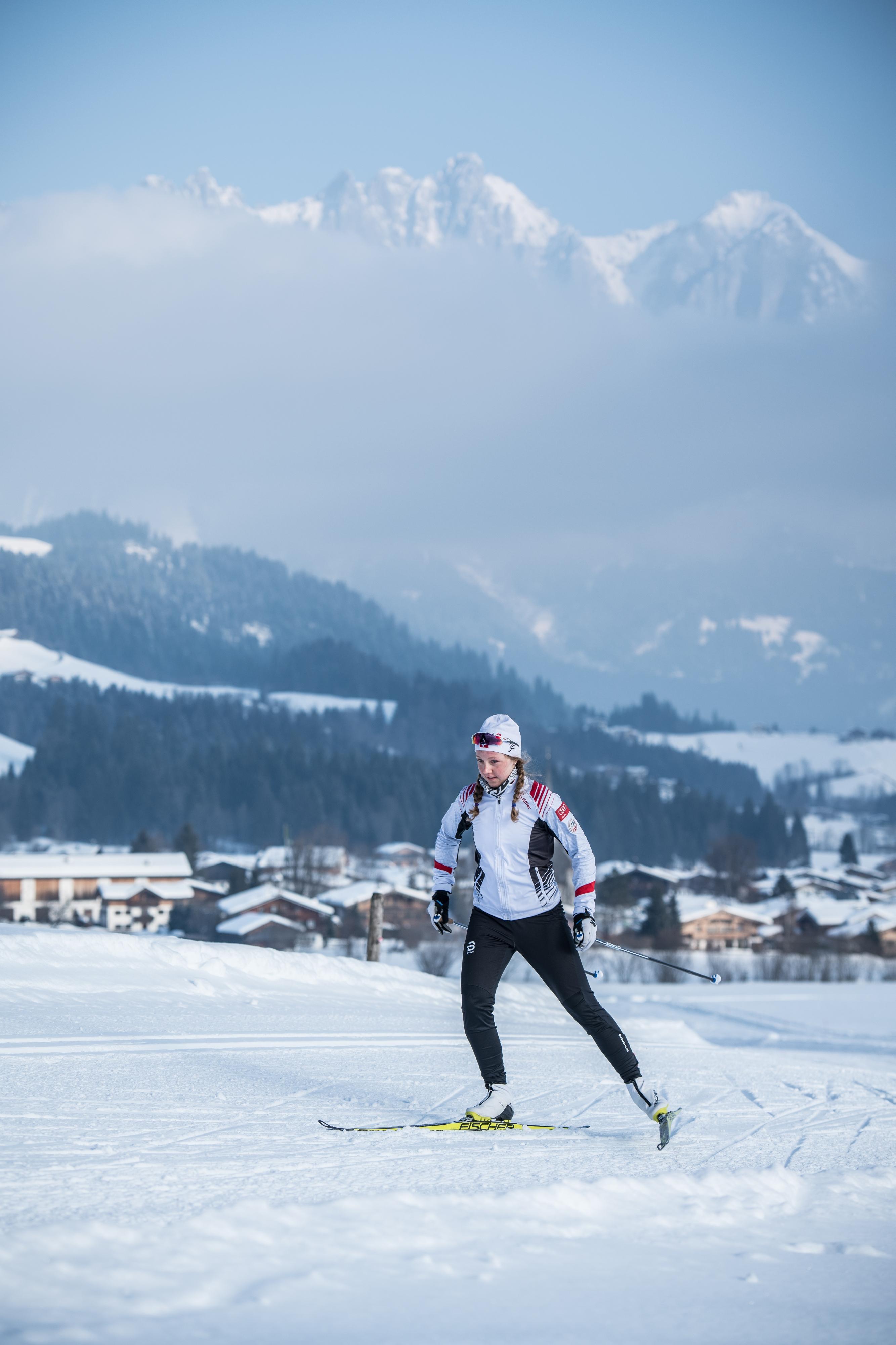 junge Frau Mädchen Skating Langlauf Winter in Kitzbühel Sport