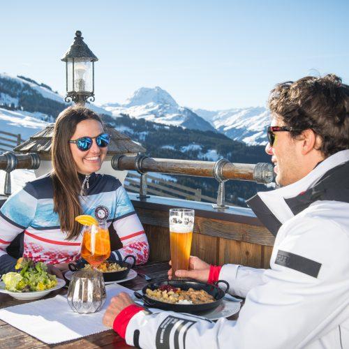 Essen auf der Hütte Mittag Einkehr Rast Winter Kitzbühel
