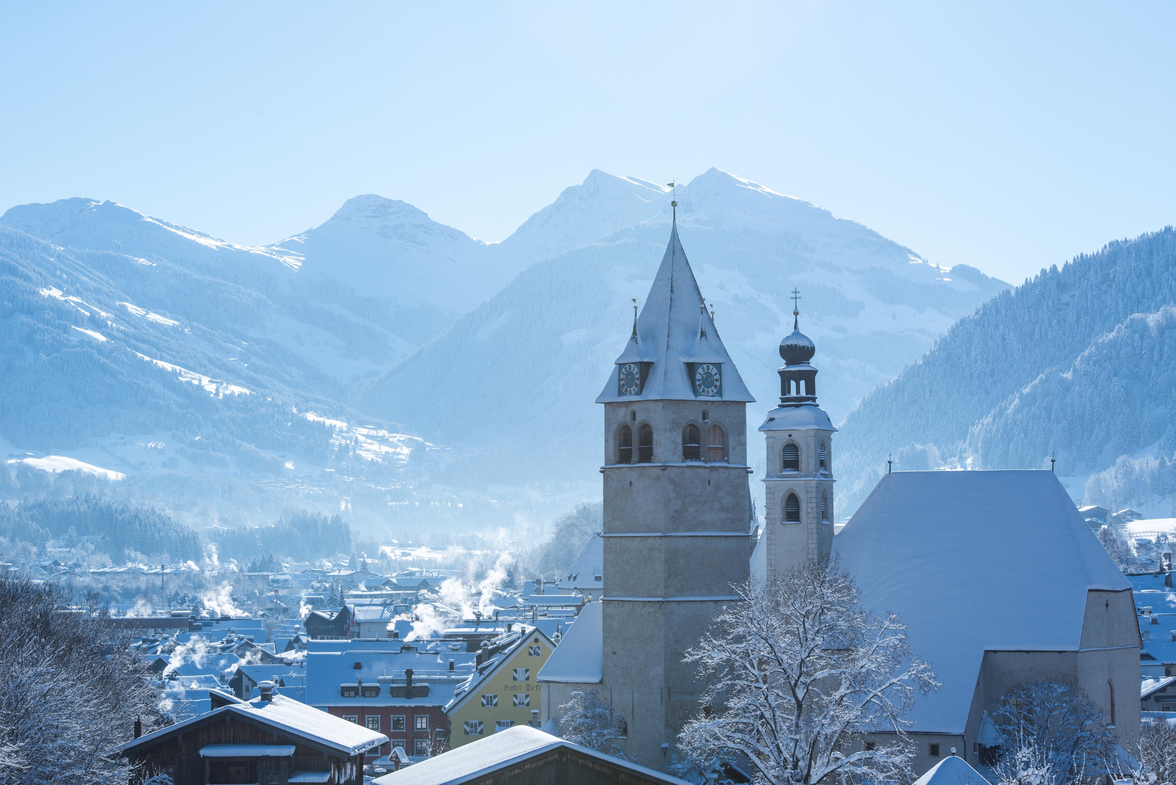 eingeschneite Stadt Kitzbühel mit Bergen