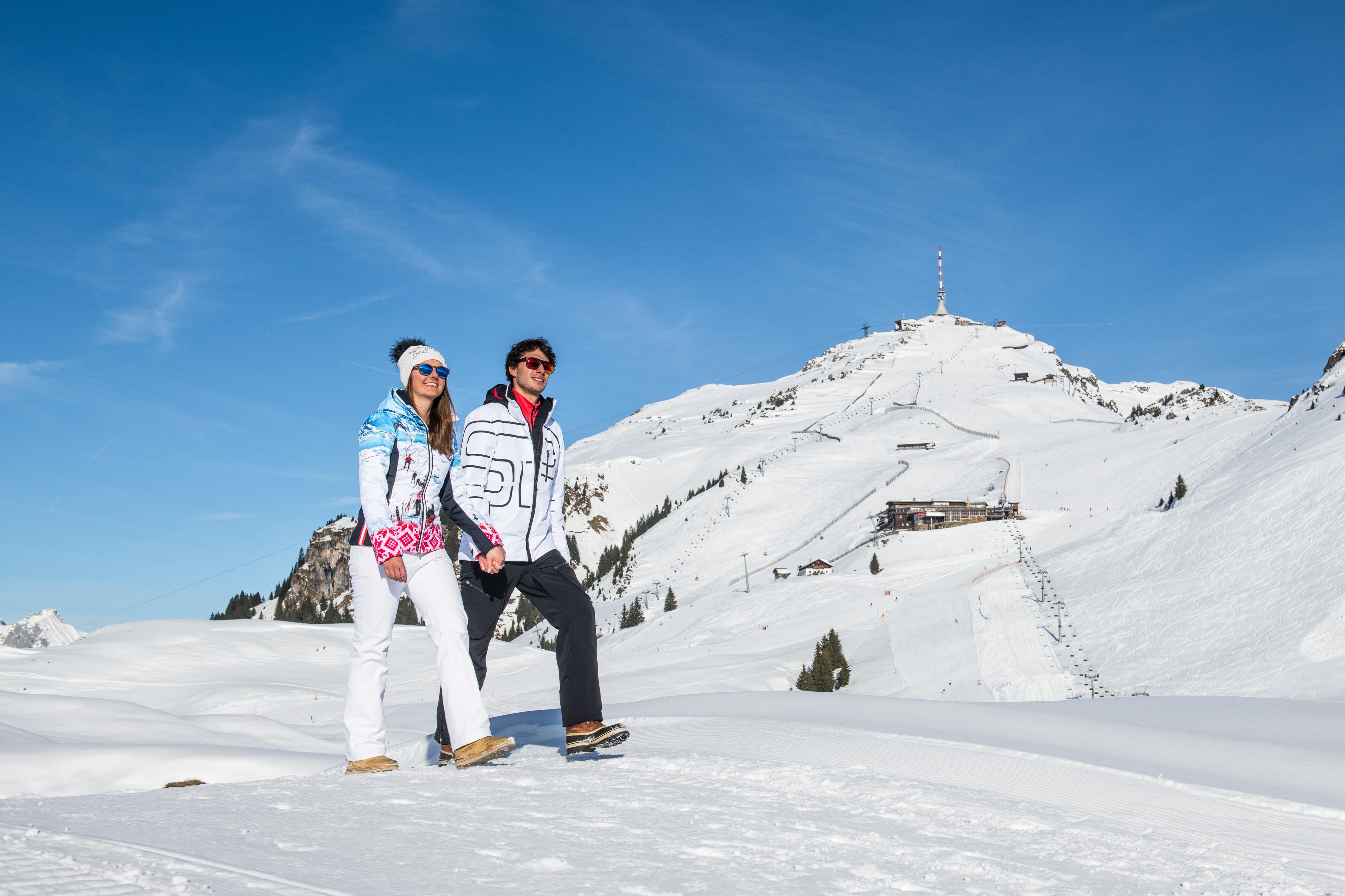 Spaziergang Wandern Winter als Paar mit Freund Freundin Kitzbühel Ausflug
