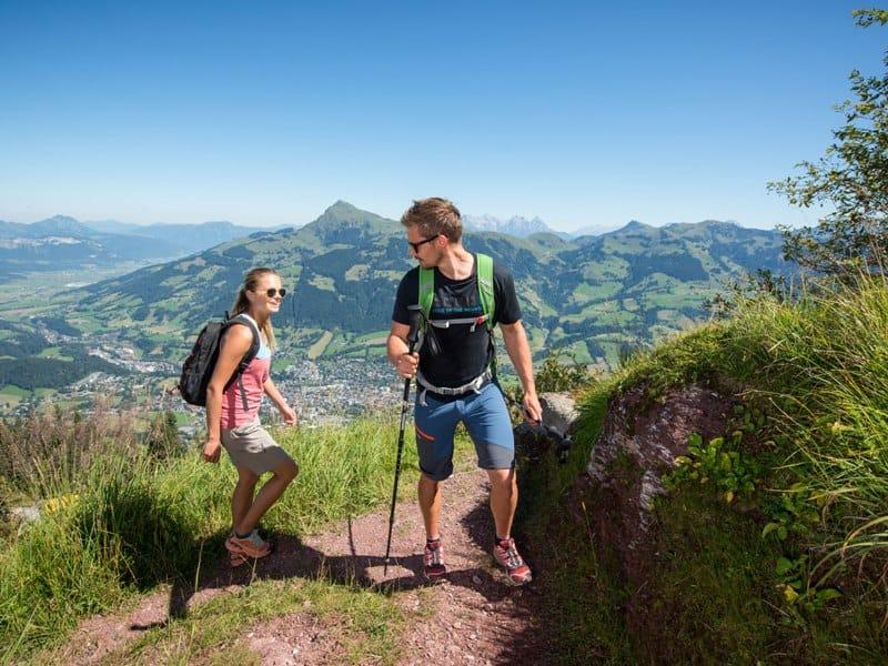 Paar wandern Berg