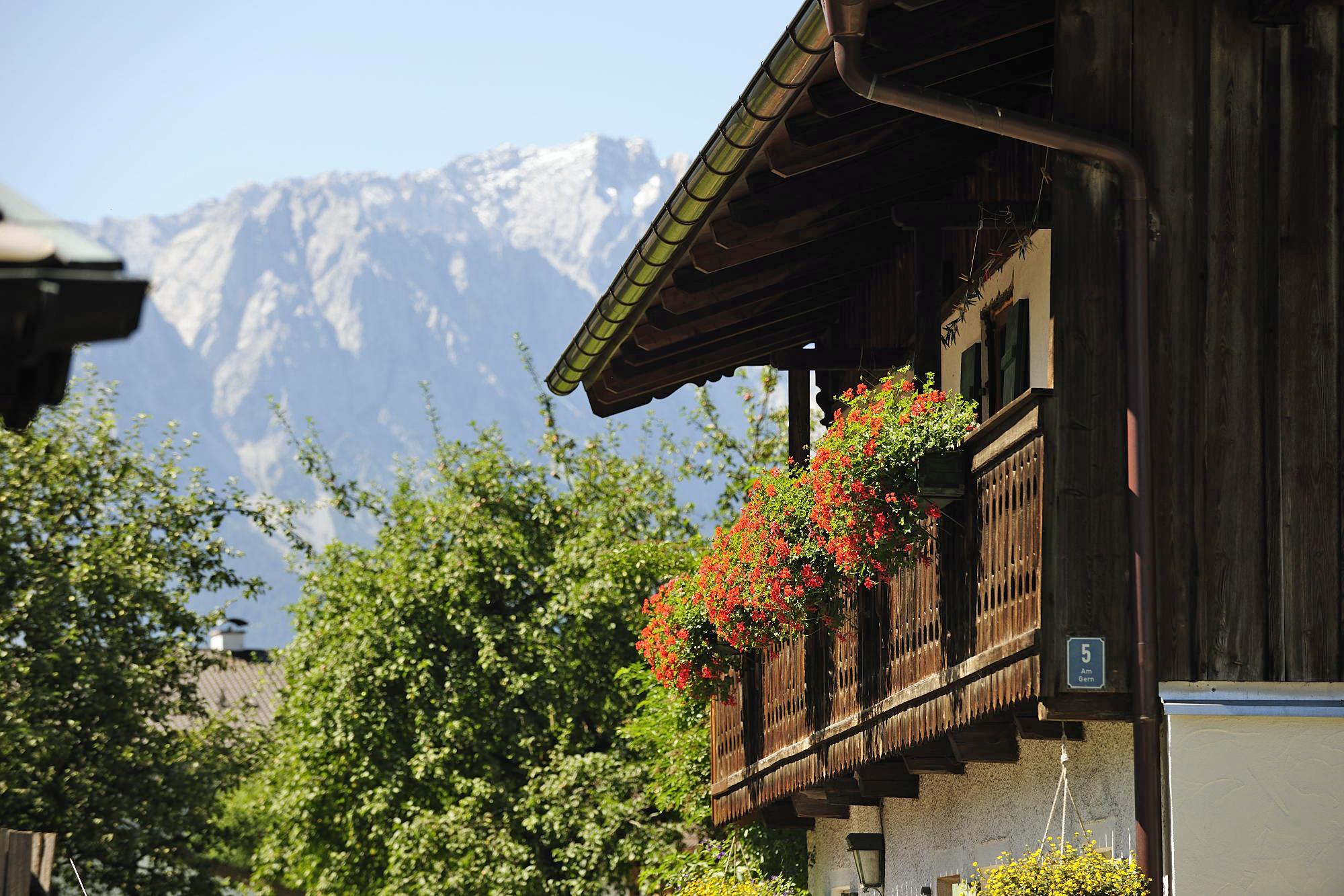 Zugspitzland Bauernhaus Alpen Bayern Blumen Berge Urlaub mit Familie