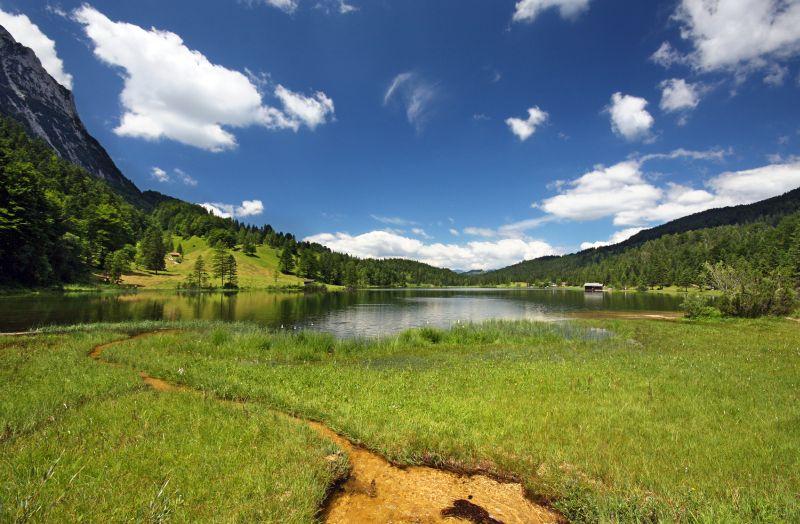 See, Natur, weiße Wolken, Gras, Berge