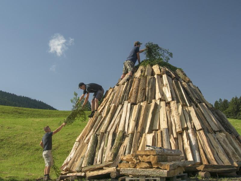 die Köhler in Neukirchen in der Gemeinde Teisendorf bei der Arbeit, Berchtesgadener Land, Oberbayern, Deutschland
