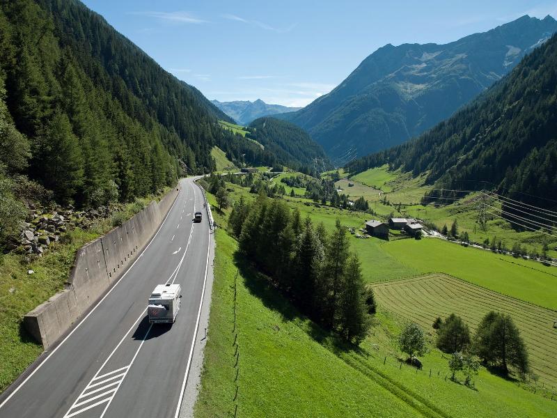Felbertauernstraße Wiese Berge Autos Aussicht