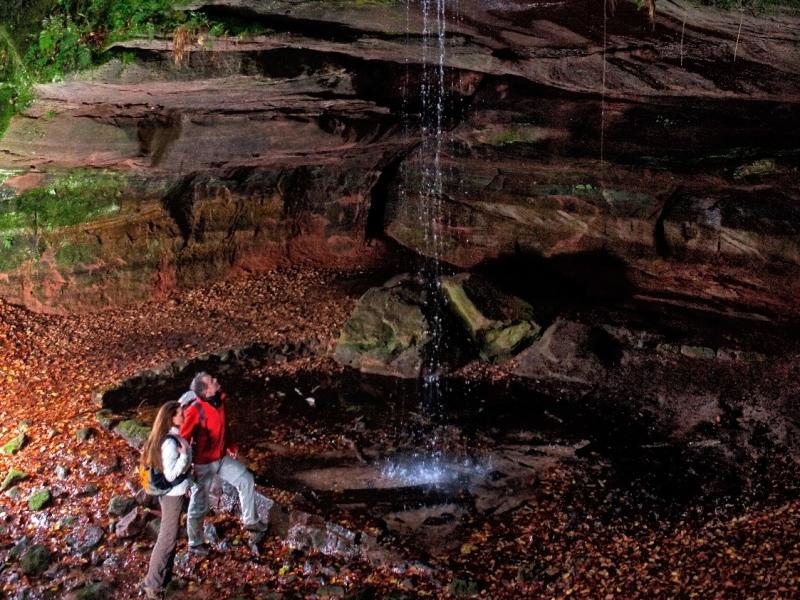 Wasserfall Bärenhöhle Wanderer