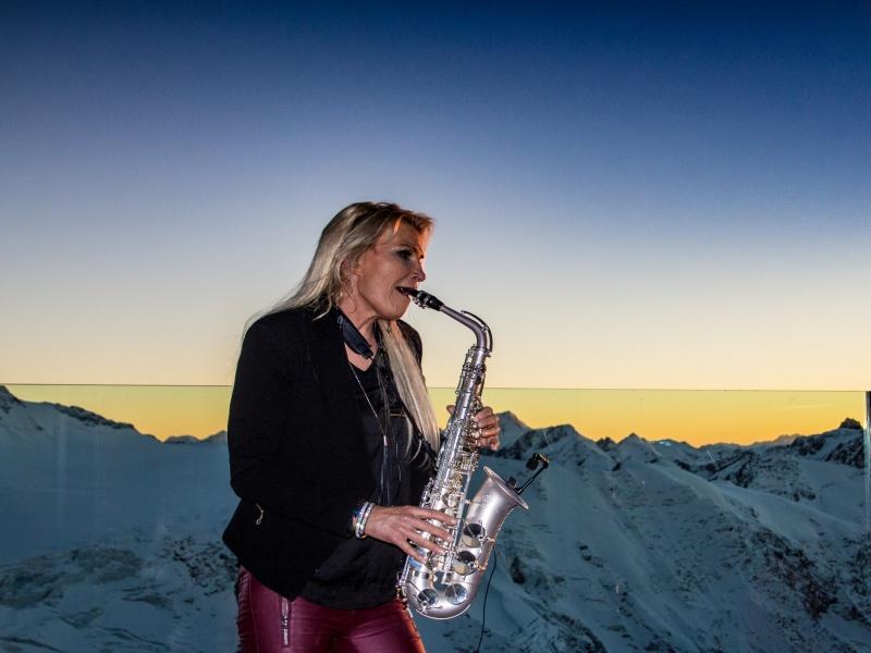 Maria Kofler am Saxophon Saisoauftakt am Gletscher Pitztal