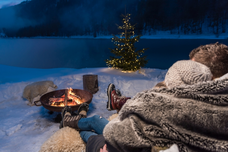 Lagerfeuer, Schnee ; Pärchen, Decke