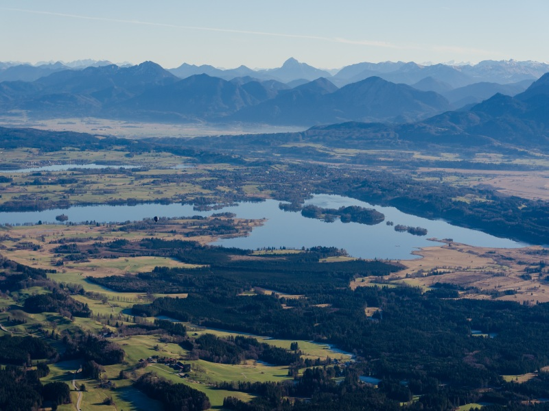 Blick von oben auf das Blaue Land, Murnau und den Staffelsee