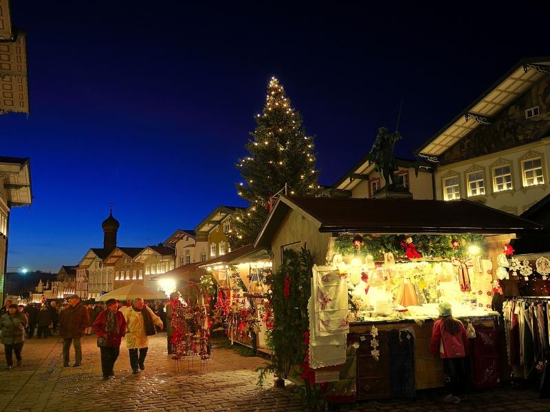 Beleuchtete Stände auf dem Christkindlmarkt Bad Tölz Marktstraße
