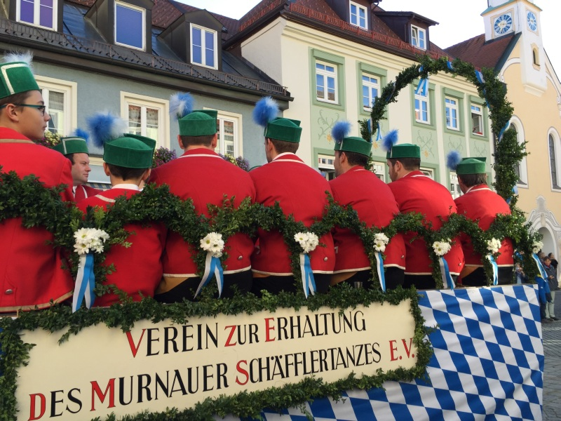 Traditionell gekleidete Teilnehmer der Leonhardifahrt in Froschhausen im Blauen Land