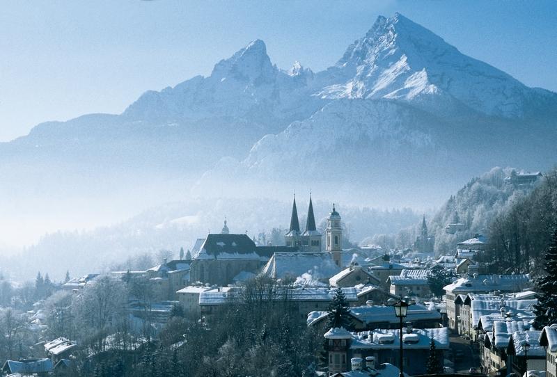 verschneites Dorf, Kirche, Berge, winterlich