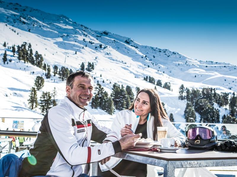 Skifahrer Frühstück Pitztal im Zeigerrestaurant