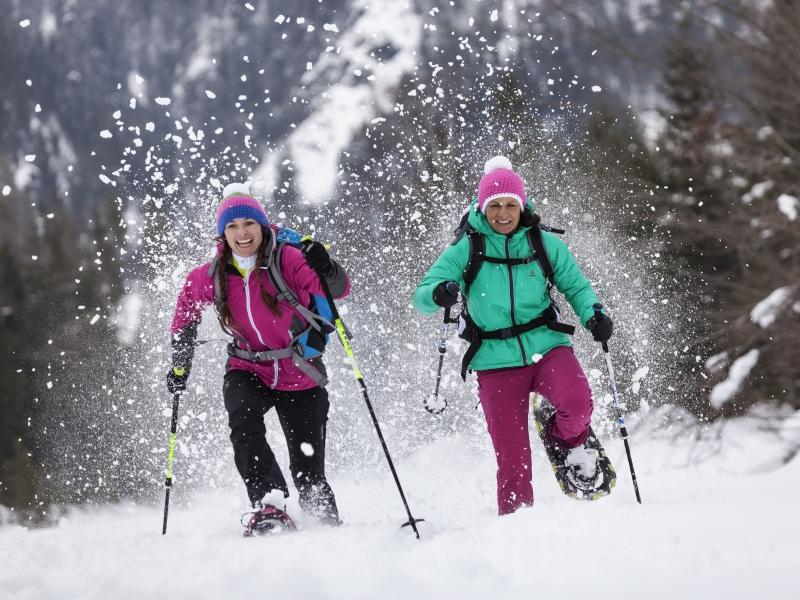 Schneeschuhwandern sportliches Paar rennen