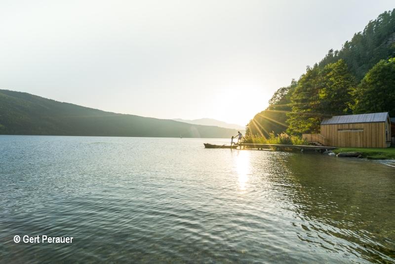 Millstätter See mit Boot im Herbst und Schilf