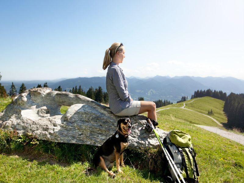 Blomberg Bad Tölz Frau mit Hund Berge Aussicht
