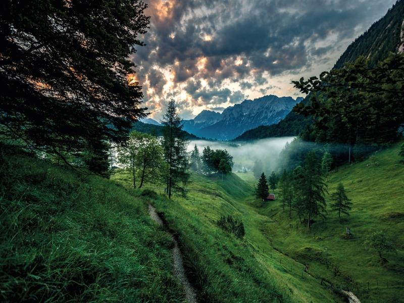 Mystische Stimmung auf dem Spitzenwanderweg in der Zugspitz Region bei Sonnenaufgang