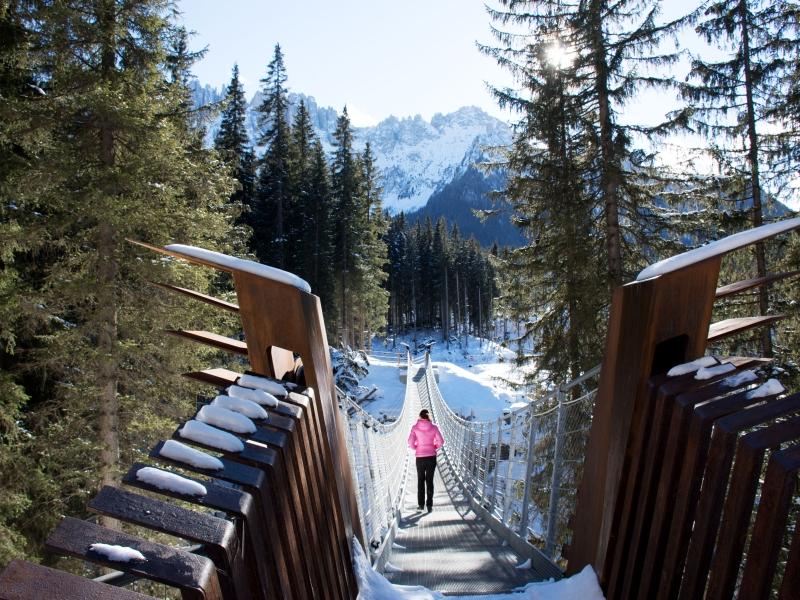 Neue Rad und Fußgängerbrücke am Karersee im Eggental mit Schnee