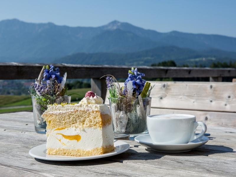 Kuchen aus regionalem, gentechnikfreiem Mehl vor Bergpanorama als Teil des Klimamenüs in der Zugspitz Region