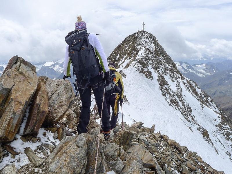 Bergsteiger auf der Wildspitze e5 im Pitztal mit Schnee