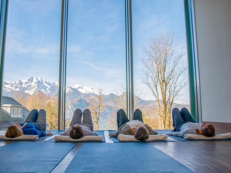 Yoga im Franz Marc Museum mit Ausblick auf die Bergwelt
