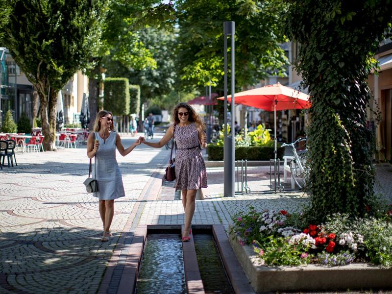 Fußgängerzone Bad Reichenhall ein Eis und eine gute Freundin mehr braucht es nicht für ein schönes Shopping-Wochenende in der Alpenstadt Lebenslust Frauensache Mende