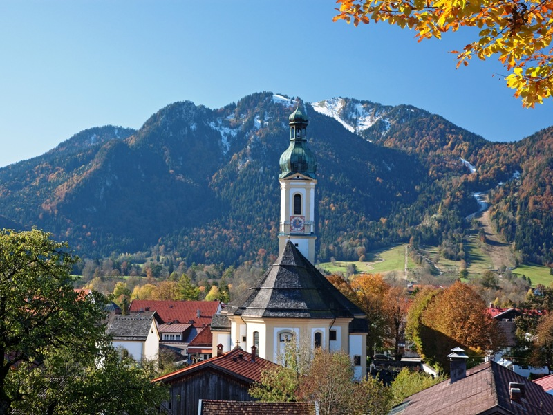 Lenggries an der Isar vor Bergen im Herbst