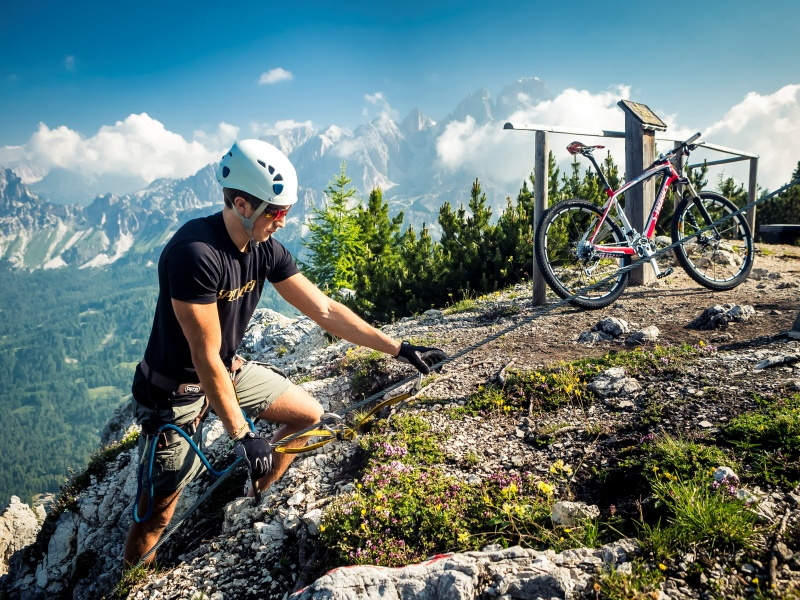 Kletterer in Cortina d'Ampezzo auf dem Weg zum Bike climb and ride