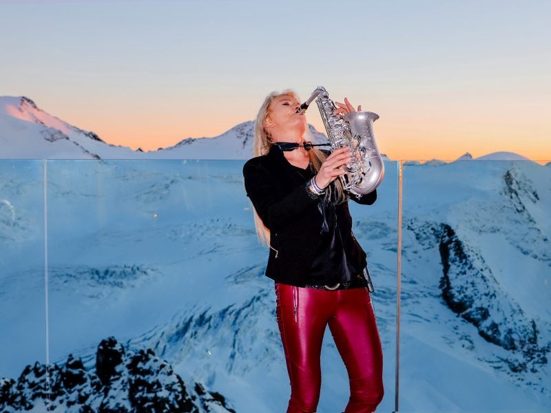 Maria Kofler spielt Saxophon vor Bergkulisse Pitztal