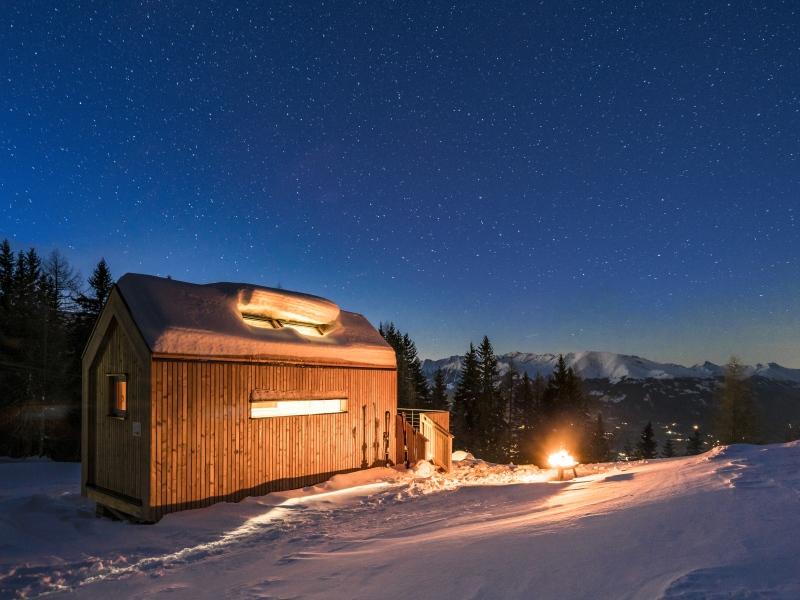 beleuchteter Biwak am Millstätter See in einer Winternacht