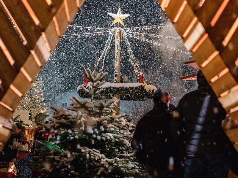 Blick auf den verschneiten Adventsmarkt in Altenmarkt Zauchensee