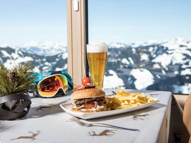 Burger Pommes Weissbier Ausblick auf Berge