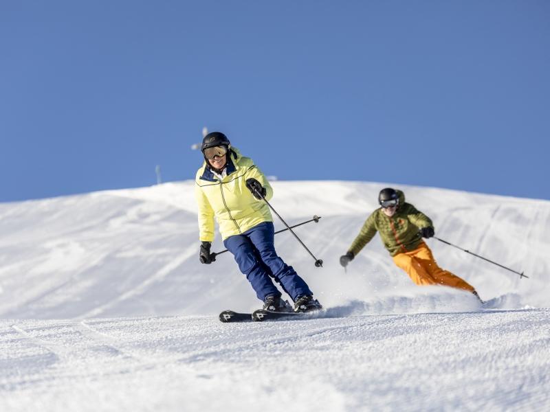 2 Skifahrer alleine auf der Piste Sonnenschein