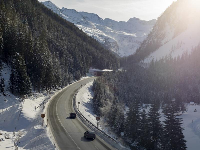 Felbertauernstraße vor Tunnel Sonne Berge Schnee