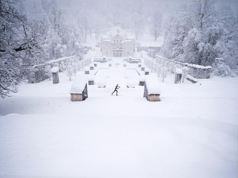Schneefall Langläufer Schloss Linderhof