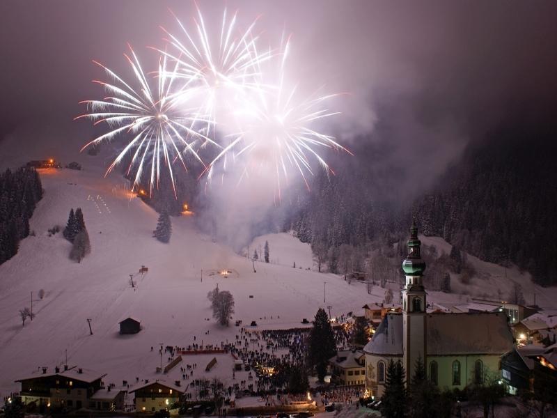 Wildschönau Blick vom Berg aufs Dorf Kirche Feuerwerk