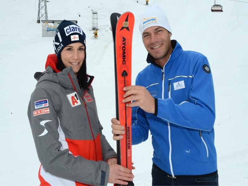Mirjam Puchner Michi Walchhofer halten Atomic Ski