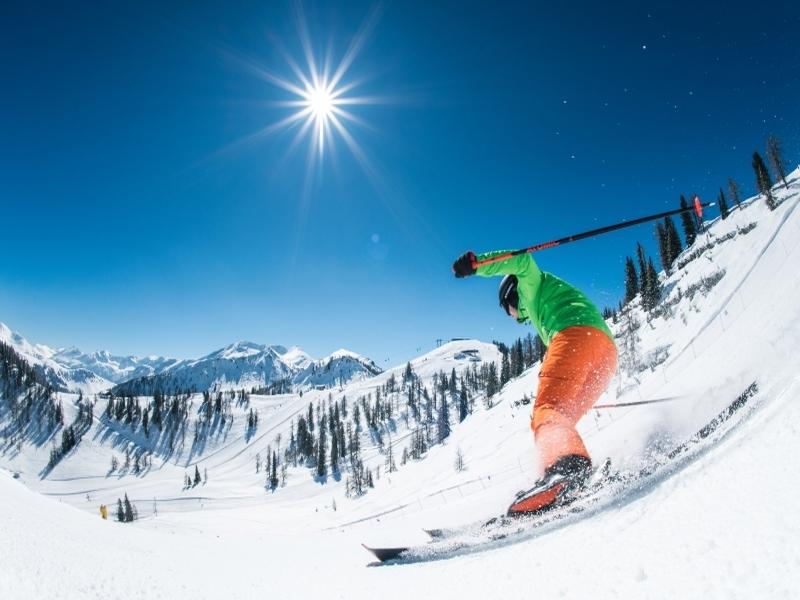 Skifahrer auf Abfahrt Zauchensee Sonnenschein