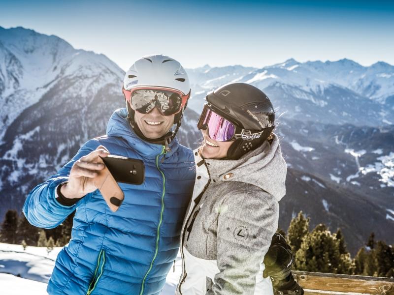 2 Skifahrer Aussicht vom Hochzeiger machen einSelfi