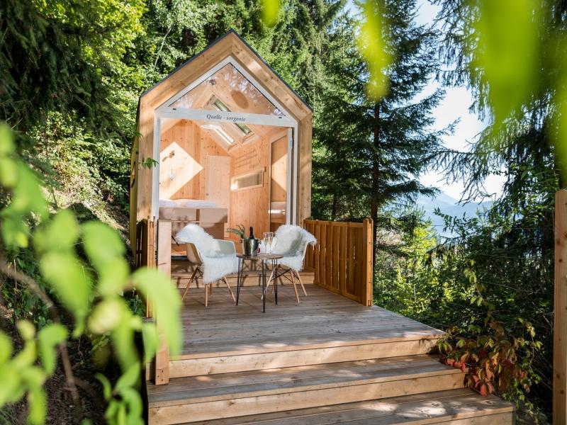 Holzbiwak Wald Terrasse Stühle Tisch