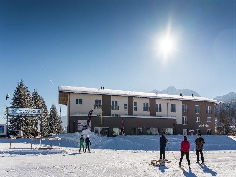 Fairhotel Hochfilzen Winter Leute mit Schlitten