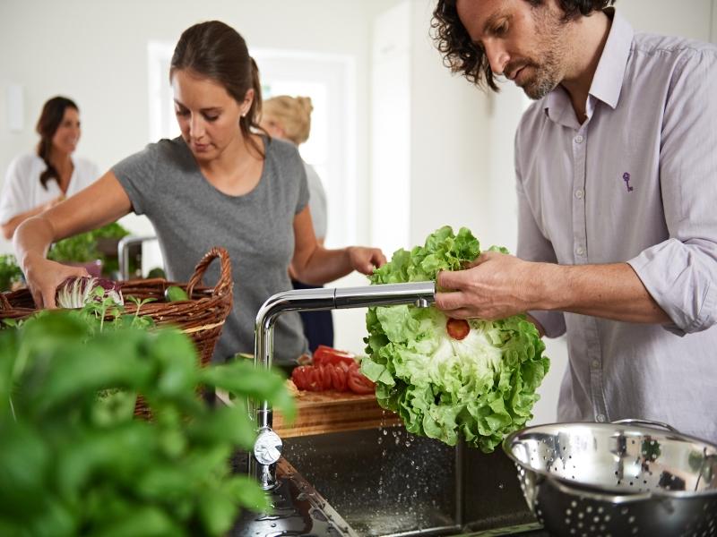 Küche Spülbecken 2 Personen waschen Salat
