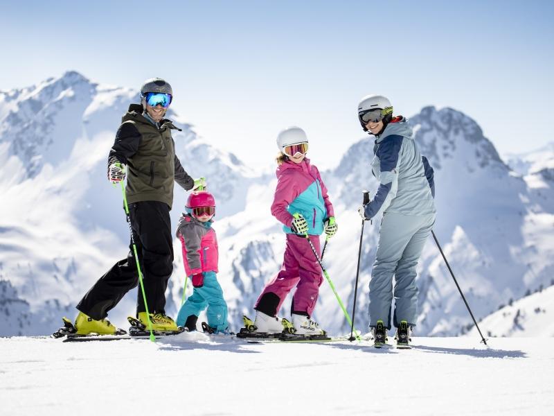 Familie 4 Personen vor Skiabfahrt