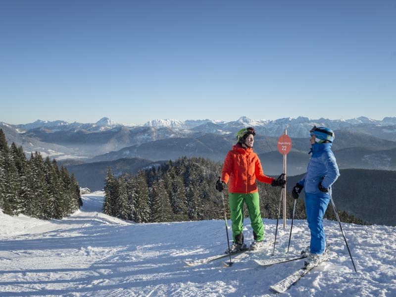 Zwei Skifaherer vor Abfahrt