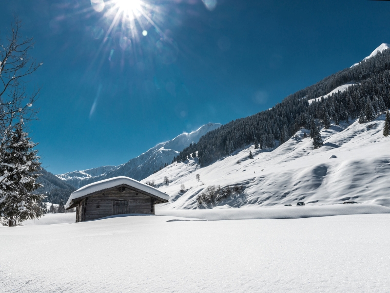 unberührte Schneelandschaft Sonne Stadl